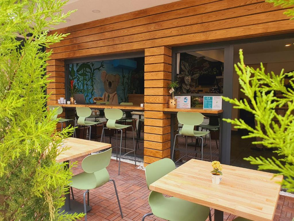 Отель  Woynpoint Hotel&Cafe  - отзывы Booking