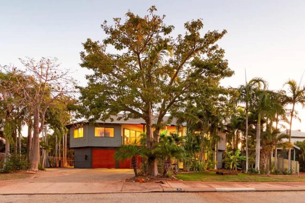 Фото  Дом для отпуска  Sunset View Broome - Family Poolside Retreat