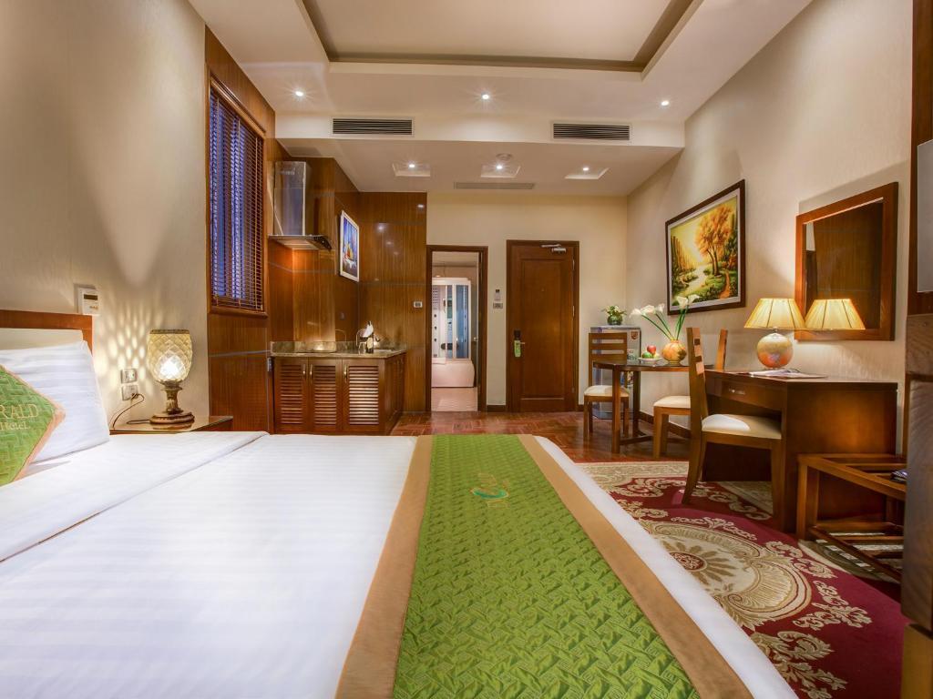 Отель Отель Emerald Hotel