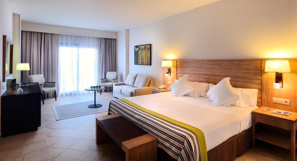 Cama o camas de una habitación en Barceló Punta Umbría Beach Resort