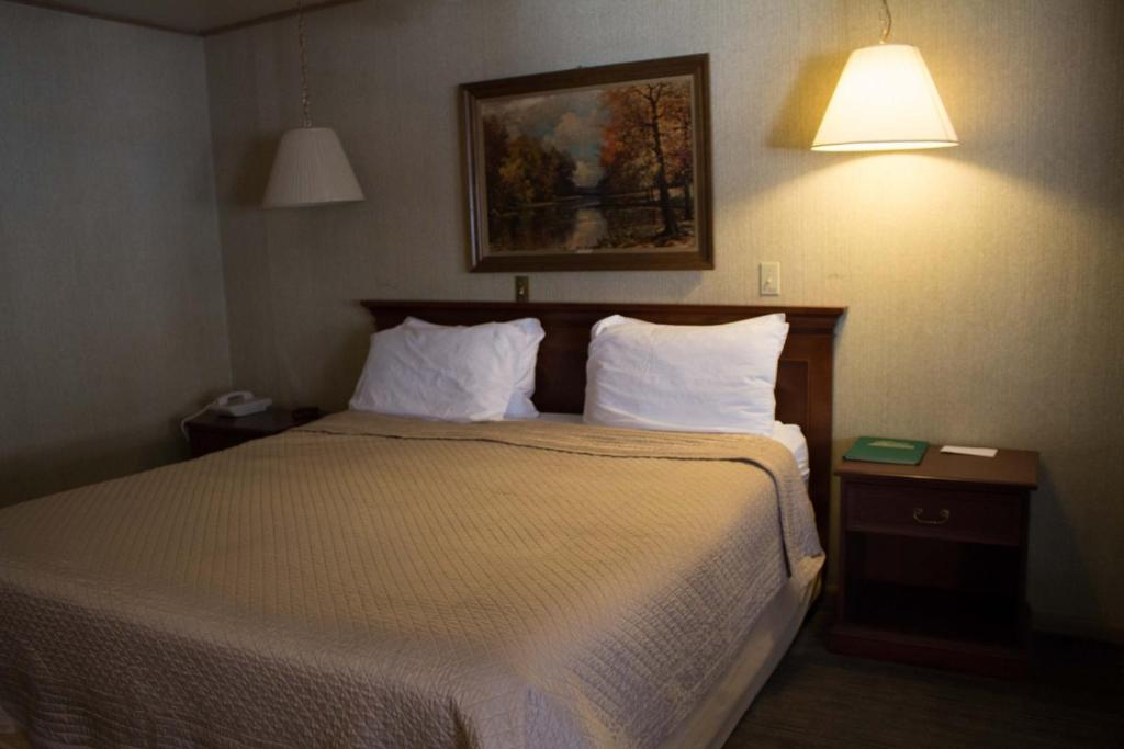 A bed or beds in a room at Georgetown Mountain Inn