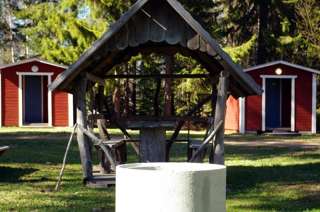 En trädgård utanför Lits Camping, Stugby och Kanot