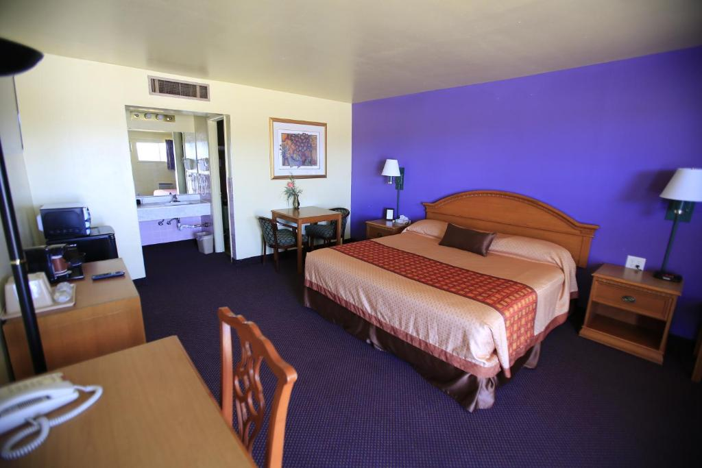 A bed or beds in a room at Shamrock Country Inn