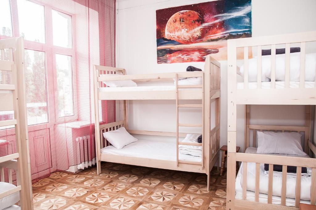 Łóżko lub łóżka piętrowe w pokoju w obiekcie Galactic Globus