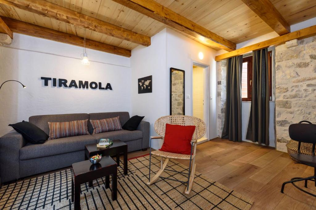 A seating area at Guest House Tiramola