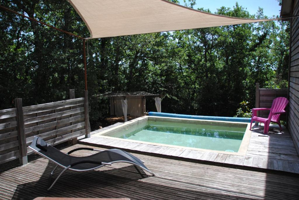 The swimming pool at or near Insolite Bois Cailloux avec Spa