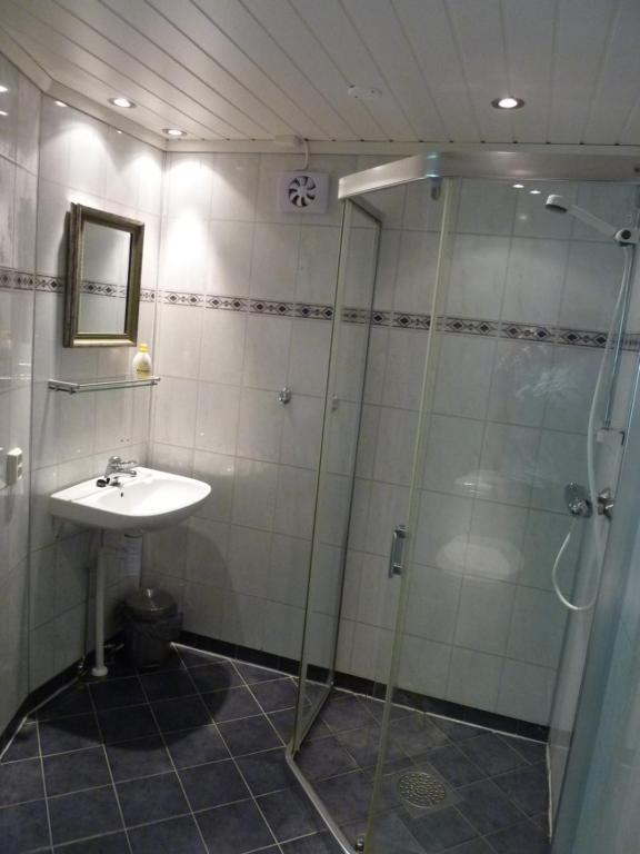 A bathroom at Rjukan Gjestegaard