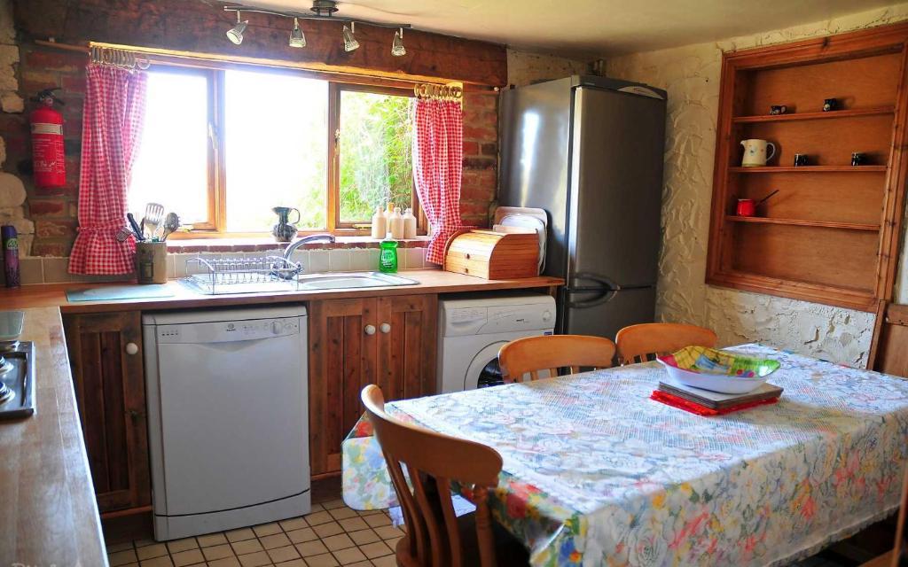 A kitchen or kitchenette at Grange Farm Brighstone Bay