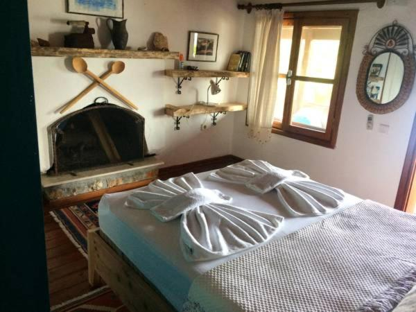 A bed or beds in a room at Simena Pension