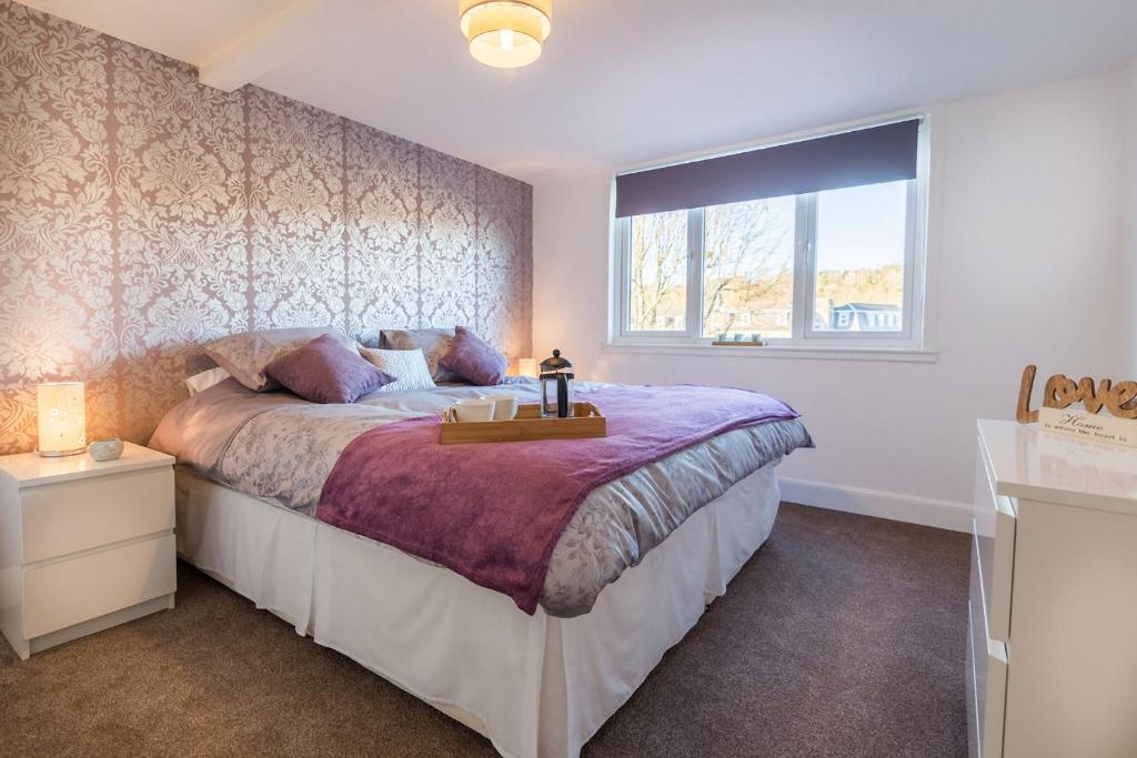 A bed or beds in a room at Riverside View Apartment