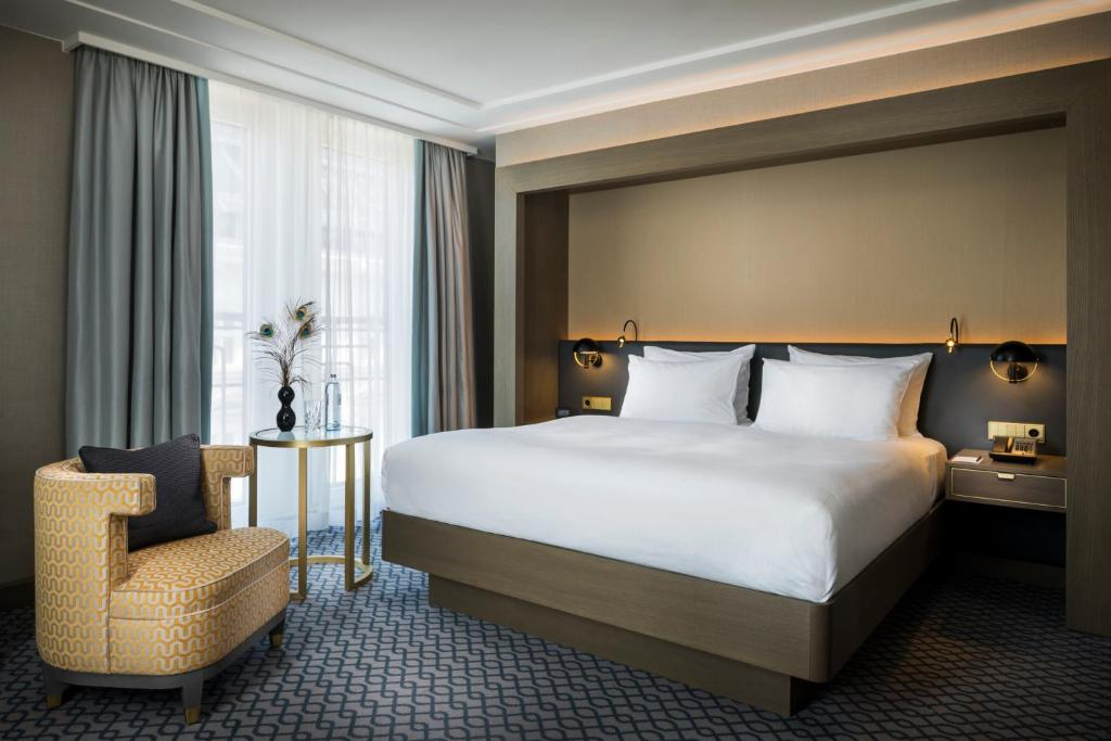 A bed or beds in a room at Hilton Vienna Plaza