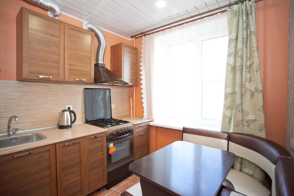 Кухня или мини-кухня в Апартаменты на Ленинградской 63