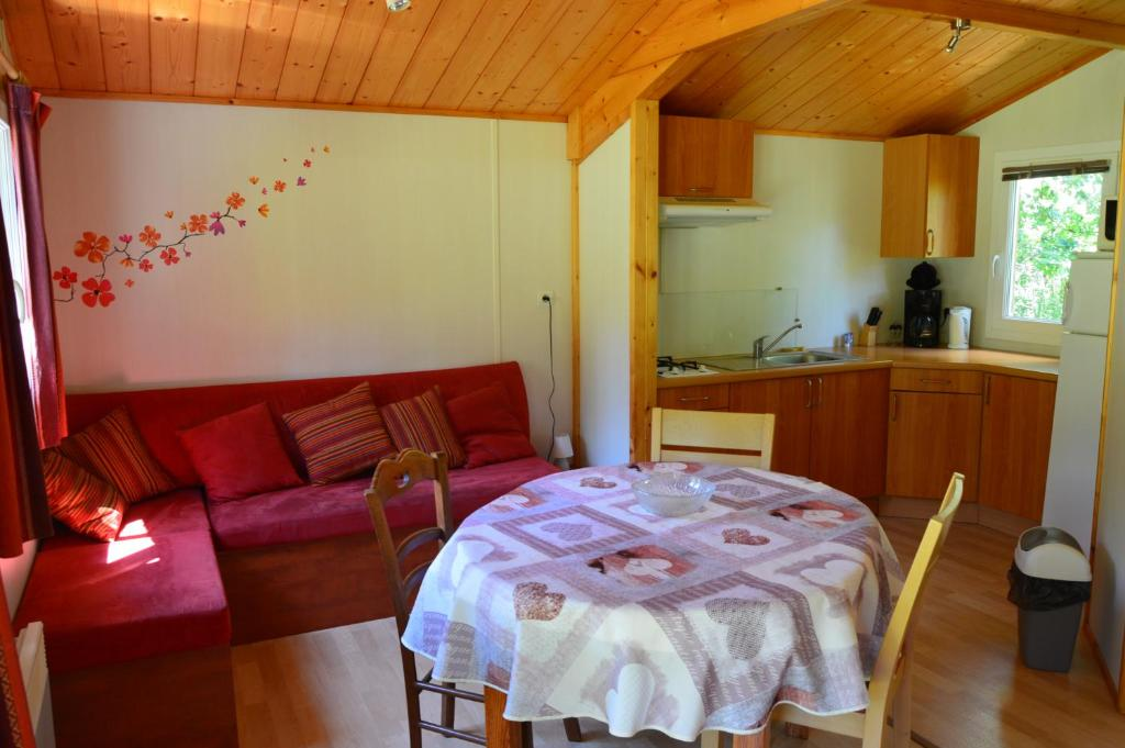 A kitchen or kitchenette at Camping Etang Vallier