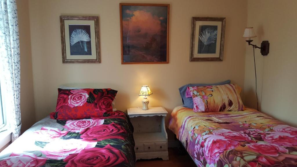 A bed or beds in a room at Woodside Inn