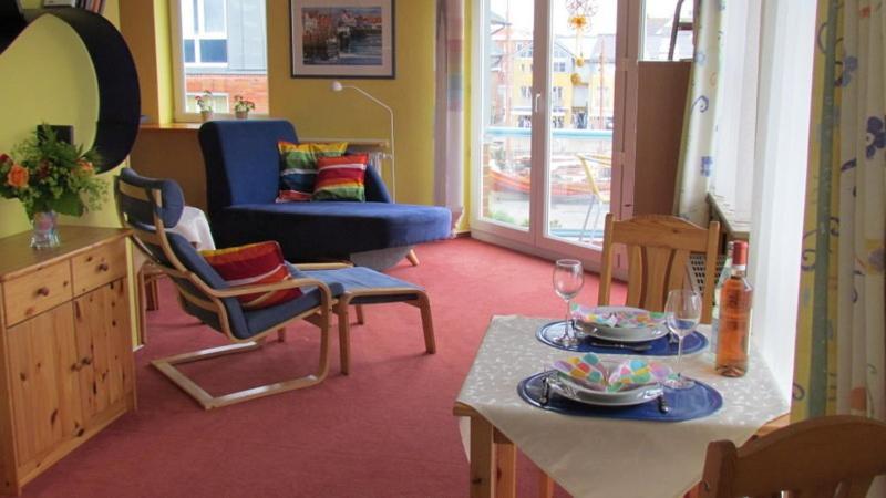 Ein Sitzbereich in der Unterkunft Hafenblick-City Apartment Husum