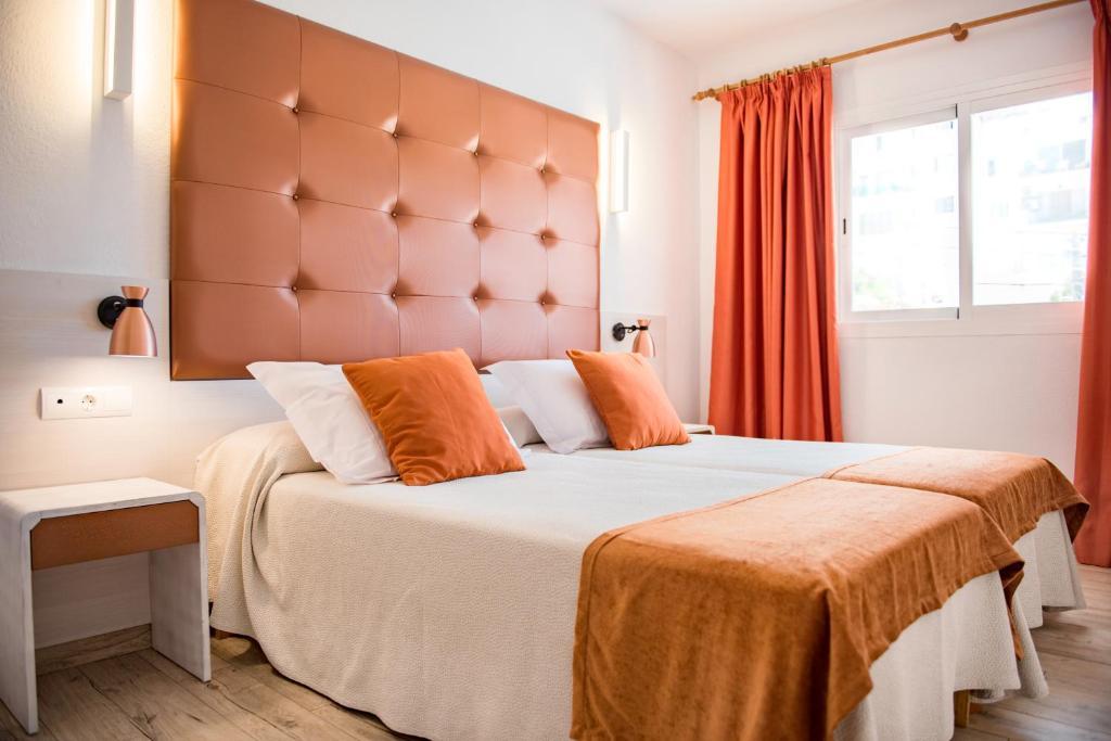 A bed or beds in a room at Apartamentos Oasis Sa Tanca