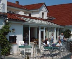 Ein Restaurant oder anderes Speiselokal in der Unterkunft Neukirchener Hof