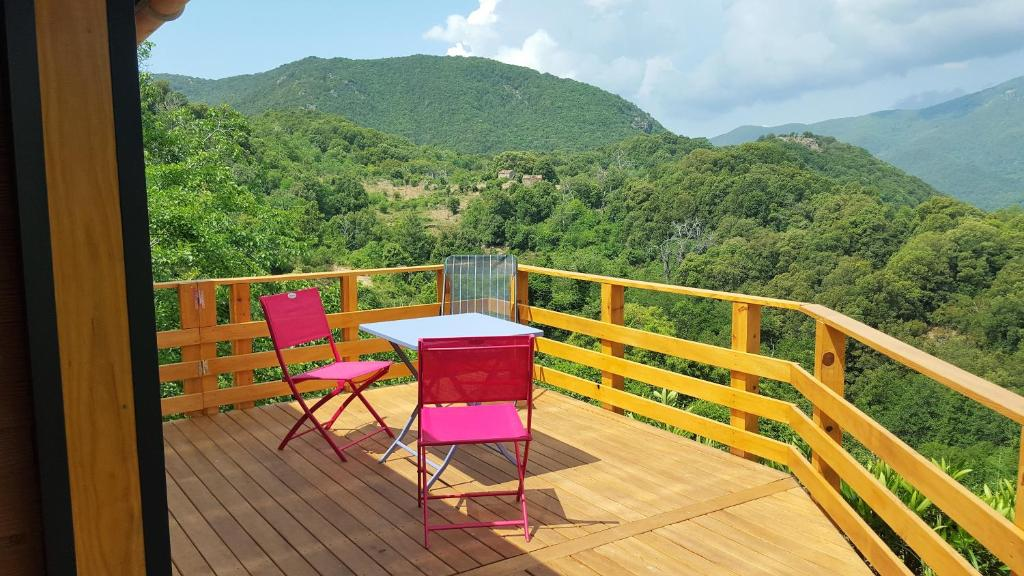A balcony or terrace at les chalets et gite du haut taravo