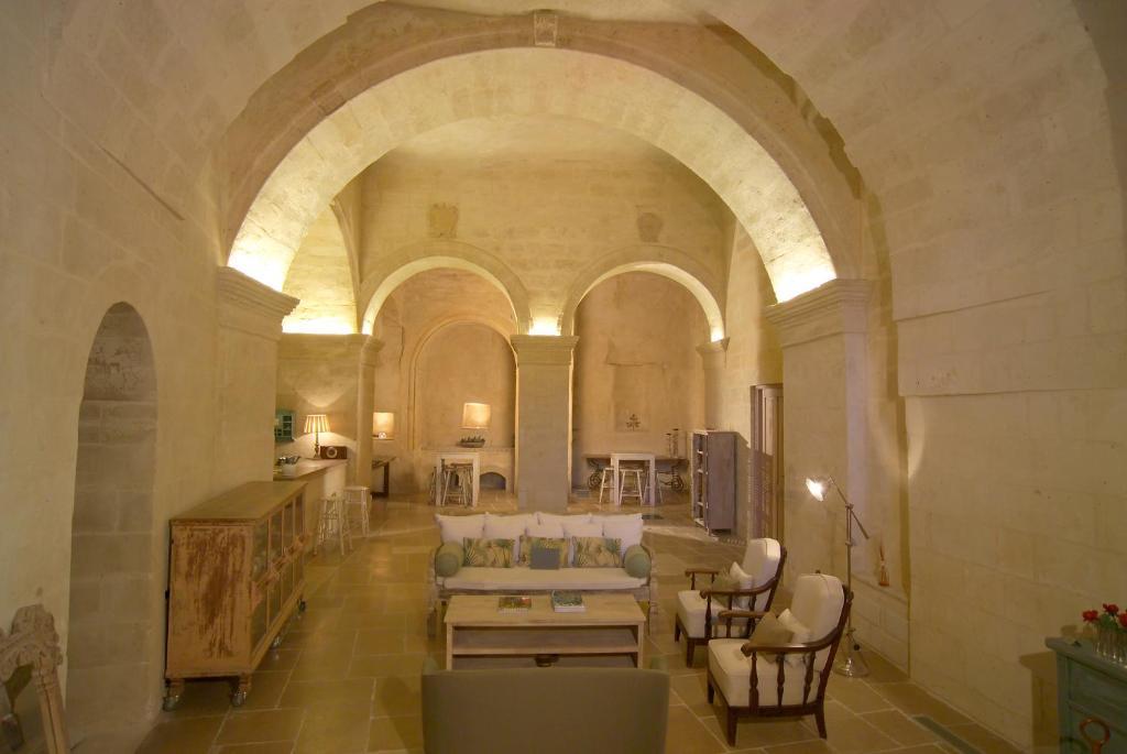 Un restaurante o sitio para comer en L'Hotel In Pietra