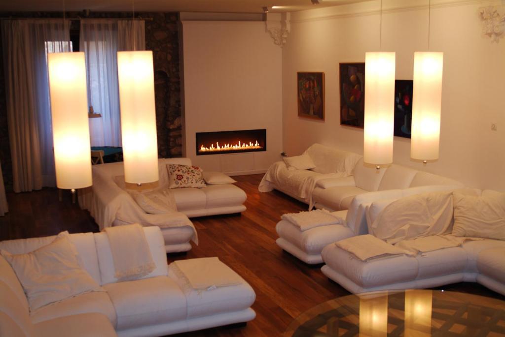 A seating area at El Castell de la Pobla de Lillet (Adults Only)
