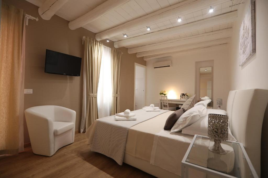 A bed or beds in a room at La Maison De Charme