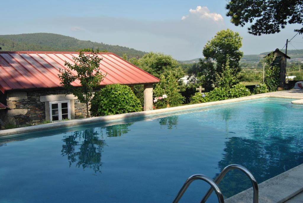 The swimming pool at or near Casa da Cruz