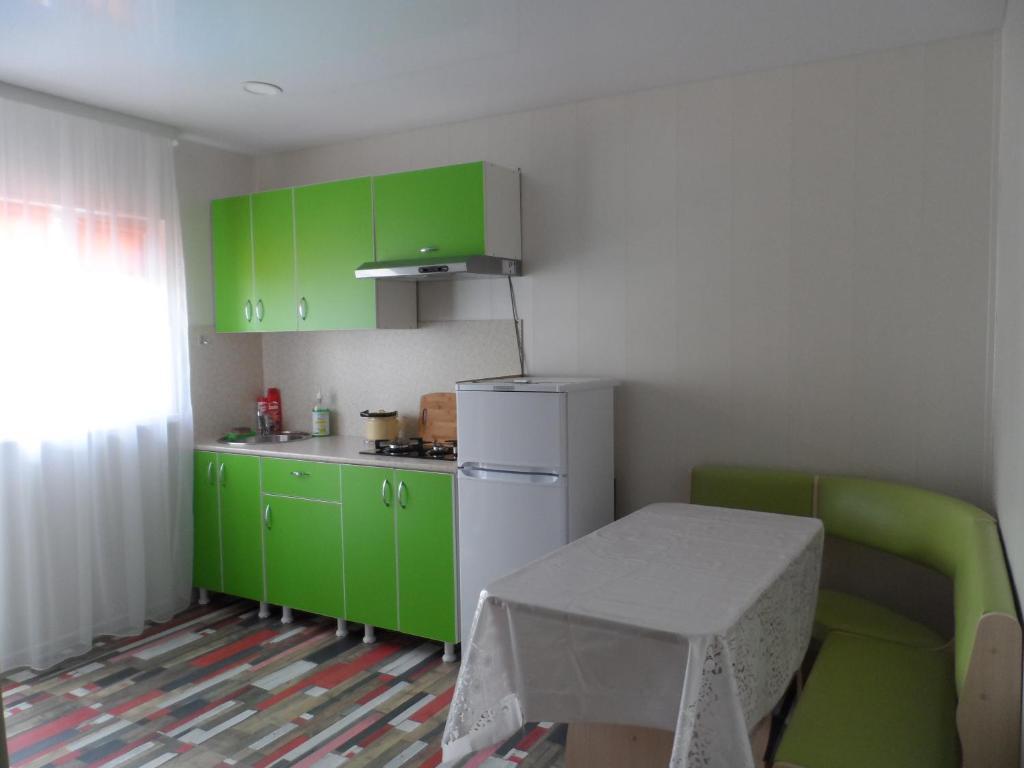 Кухня или мини-кухня в Частный сектор в Витязево Aquarelle номера с кухнями и номера стандарт 800 м до пляжа