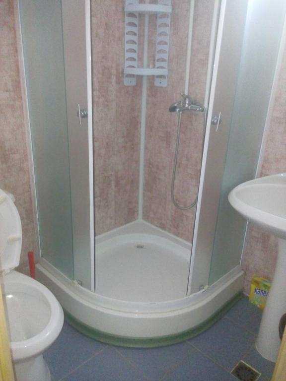 A bathroom at Avrora