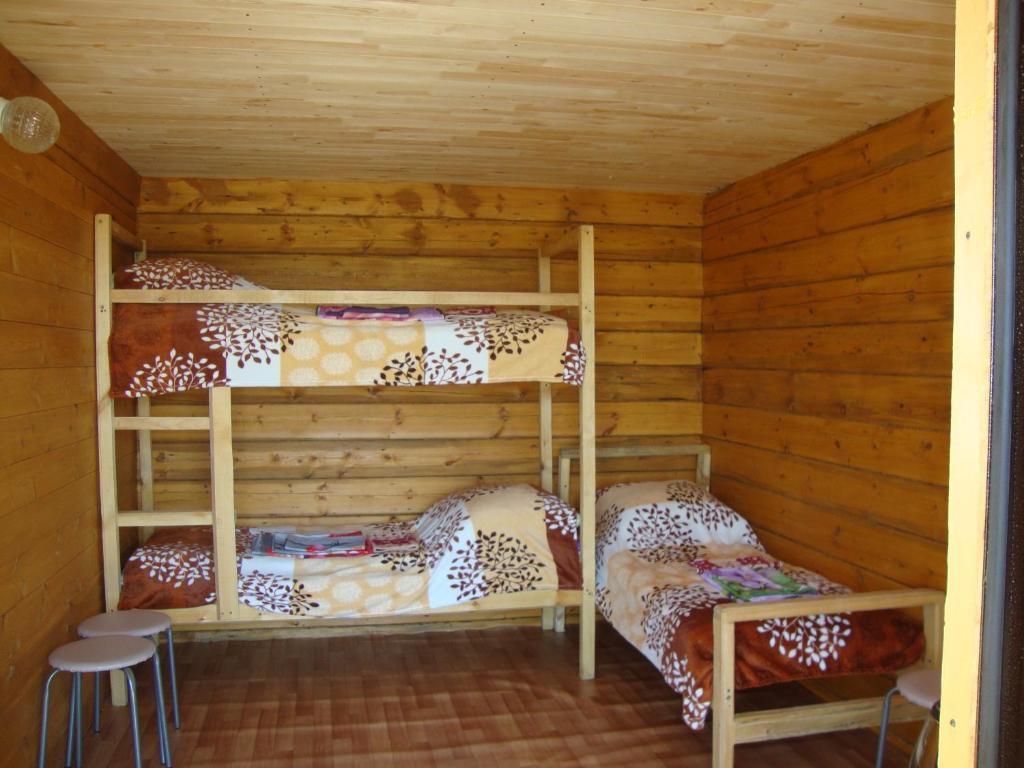 """Двухъярусная кровать или двухъярусные кровати в номере """"Усадьба """"Сарма"""""""