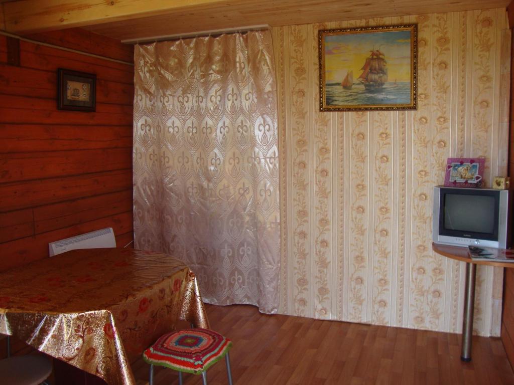 """Телевизор и/или развлекательный центр в """"Усадьба """"Сарма"""""""