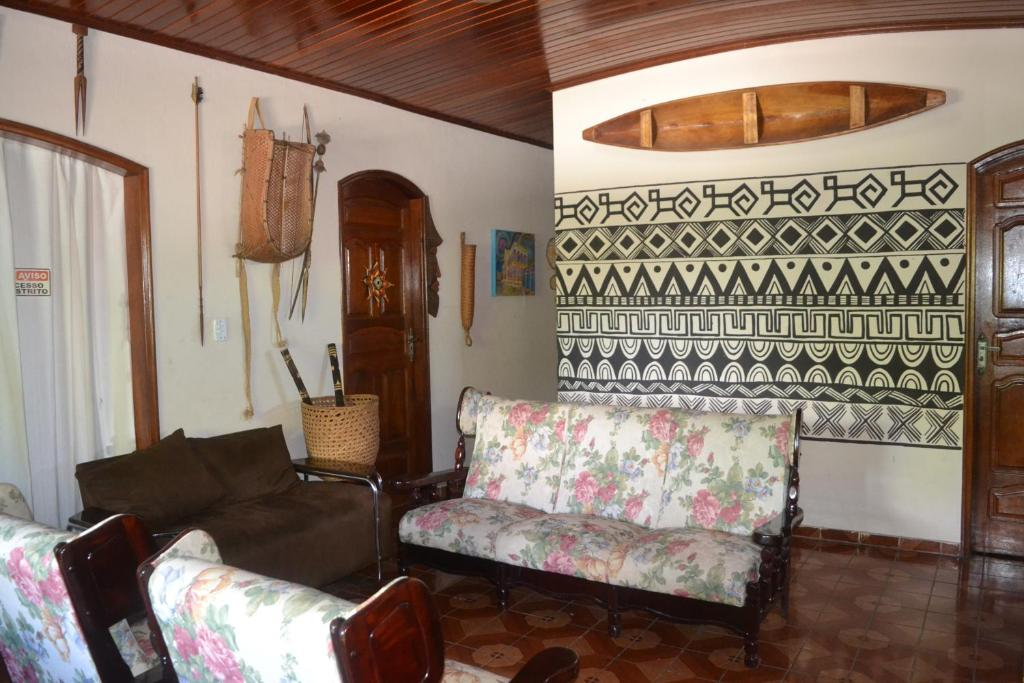 A seating area at Hostel Roraima