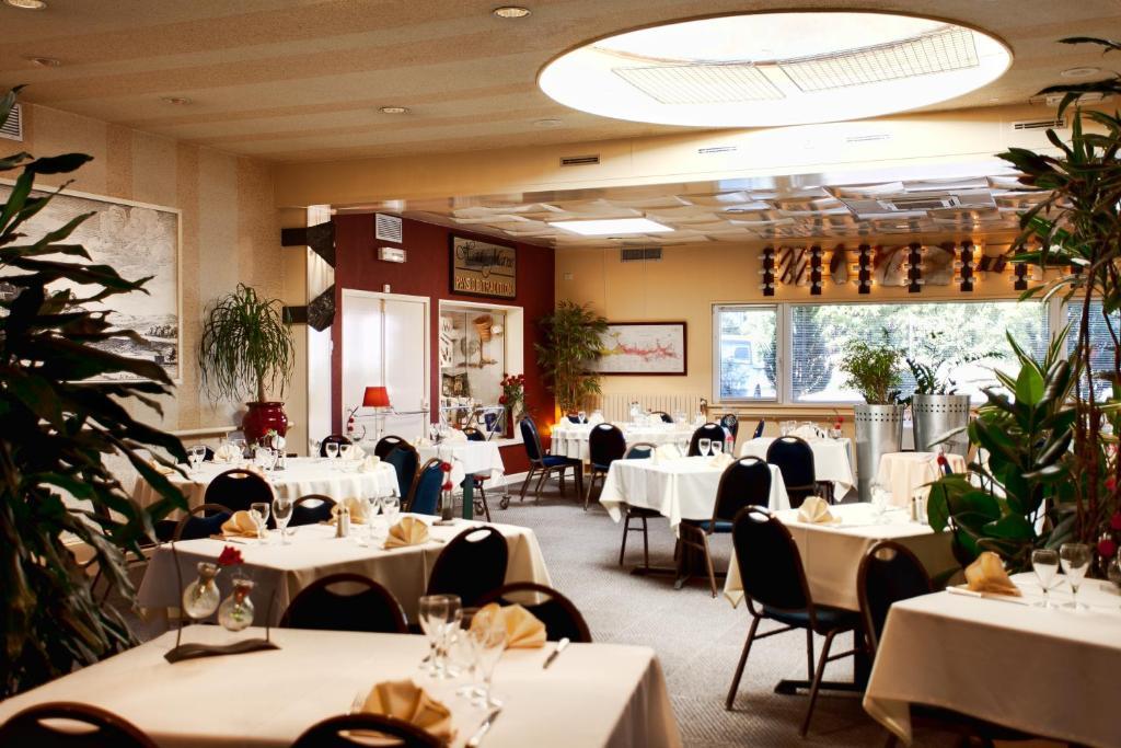 Restaurant ou autre lieu de restauration dans l'établissement Logis Arcombelle