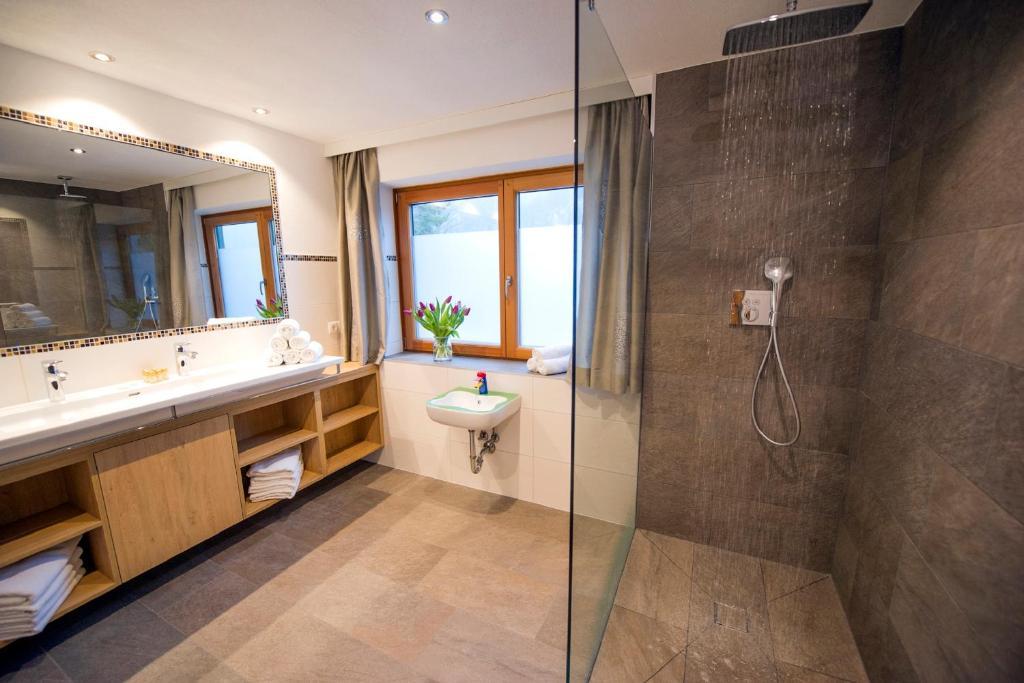 Ein Badezimmer in der Unterkunft Chalet & Apartments Tiroler Bua