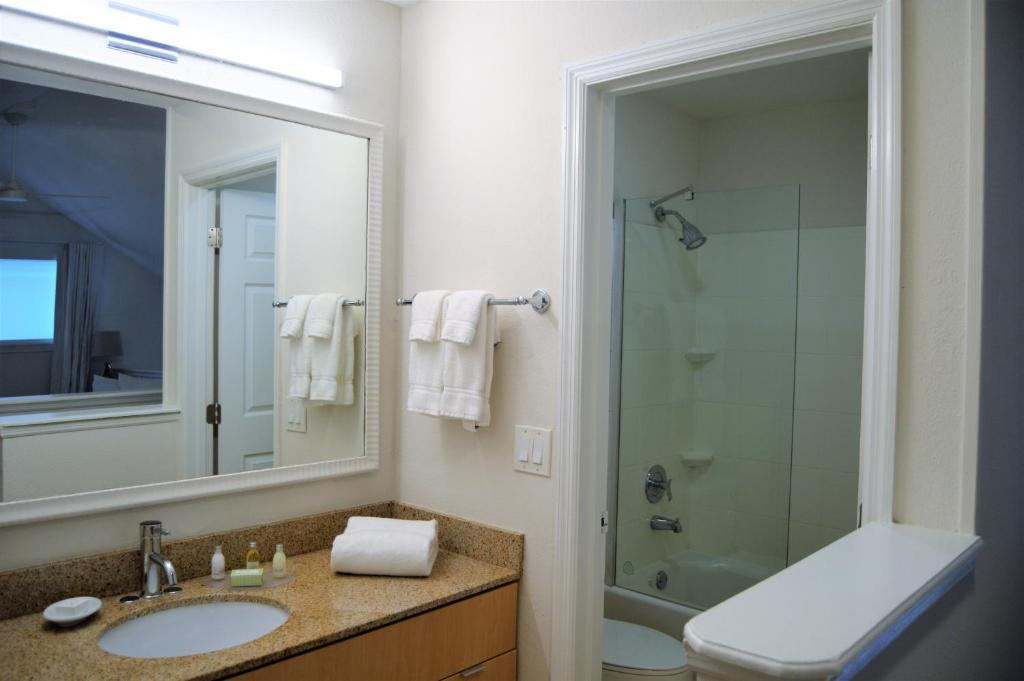A bathroom at Doral Inn & Suites Miami Airport West