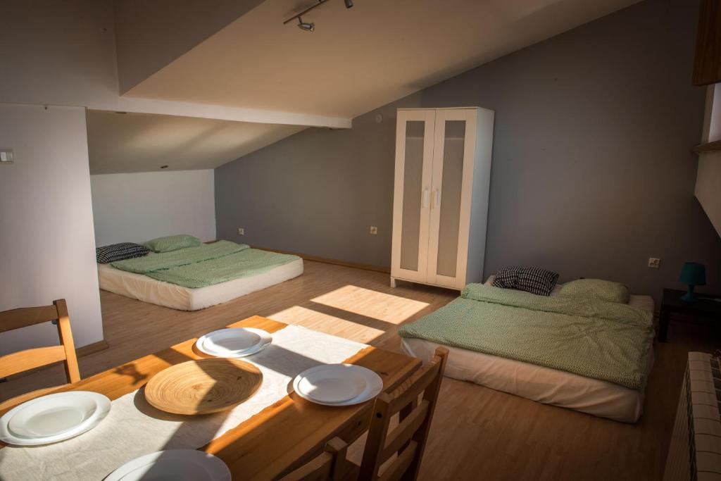 Łóżko lub łóżka w pokoju w obiekcie Ciche i miłe poddasze niedaleko starówki