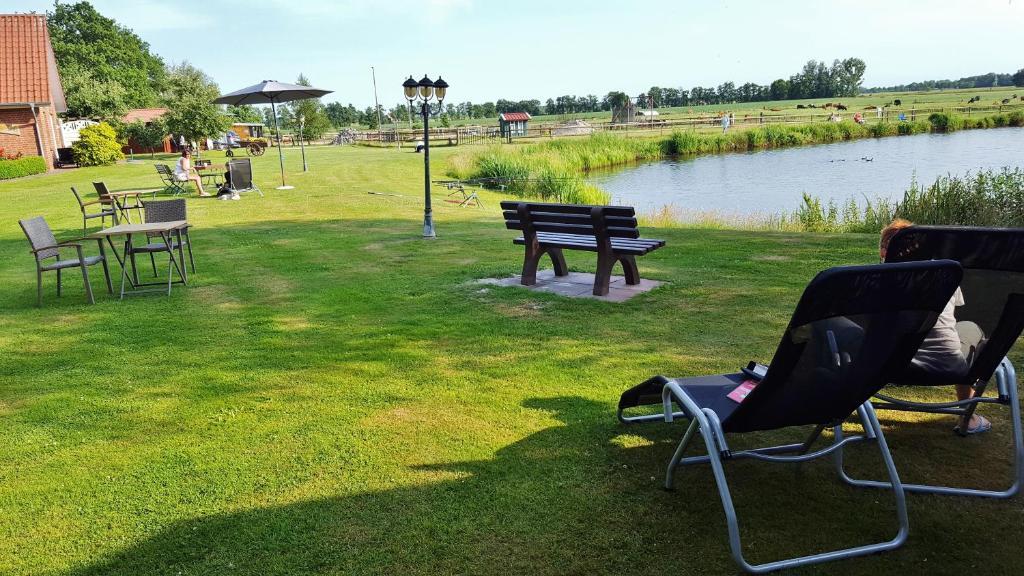 Ein Garten an der Unterkunft Pension am Birkensee