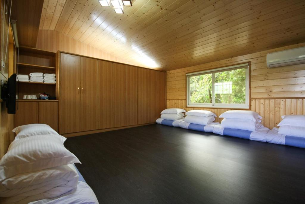 明軒曉居民宿房間的床