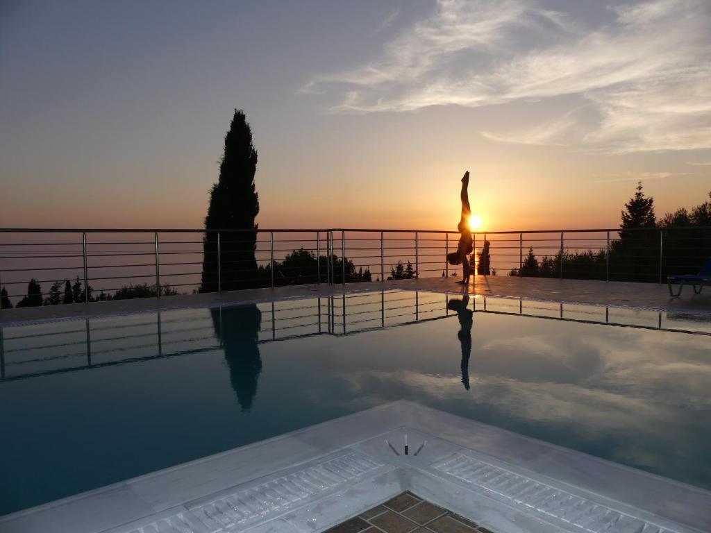 Piscina de la sau aproape de Studios Vrionis Panoramic Sunset