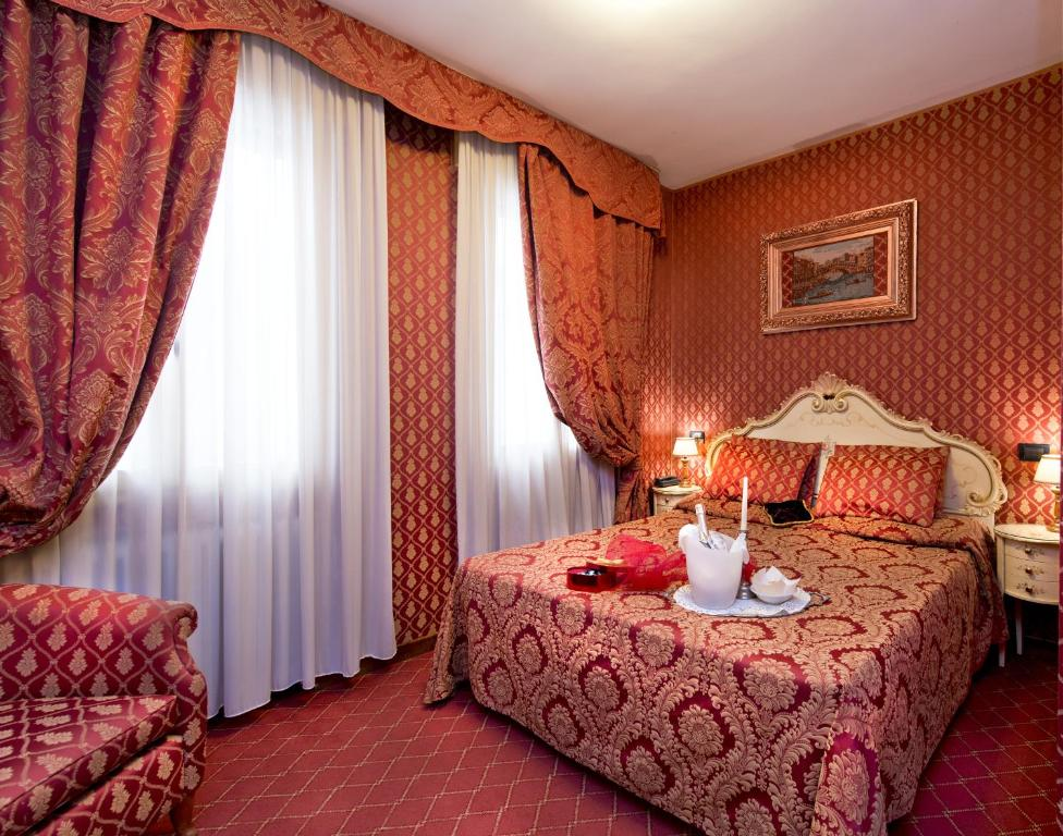 A bed or beds in a room at Hotel Mignon