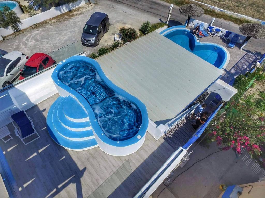 Utsikt över poolen vid Honeymoon Beach Studios eller i närheten