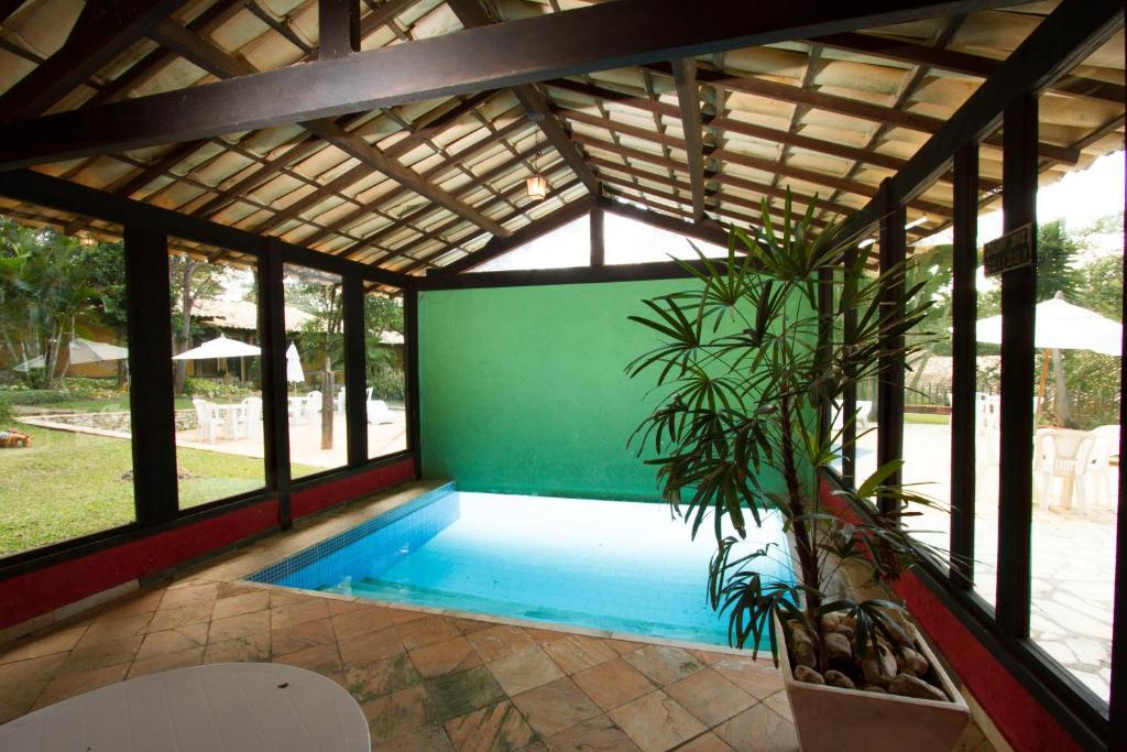 A piscina localizada em Pousada Varandas da Serra ou nos arredores
