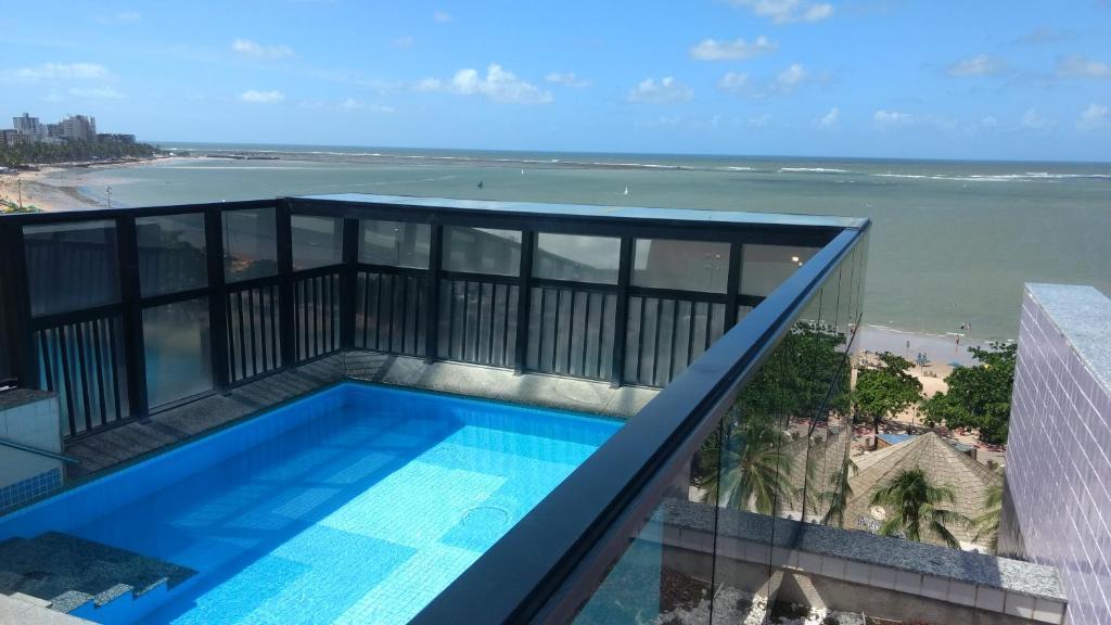 Uma vista da piscina em Otimo AP na Pajucara ou nos arredores