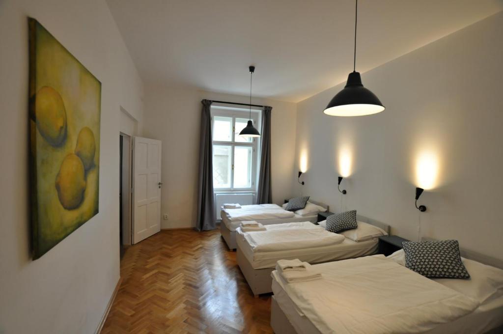 Een bed of bedden in een kamer bij Central Spot Prague Apartments