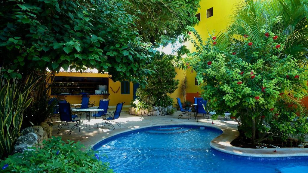 The swimming pool at or near Hotel Medio Mundo