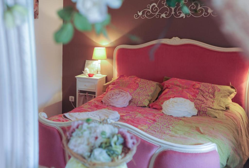 A bed or beds in a room at Au Coeur Des Chateaux