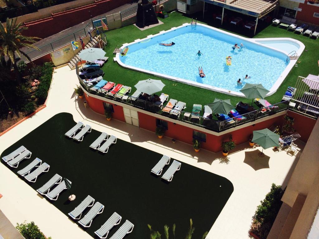 Uitzicht op het zwembad bij Apartamentos Amazonas of in de buurt