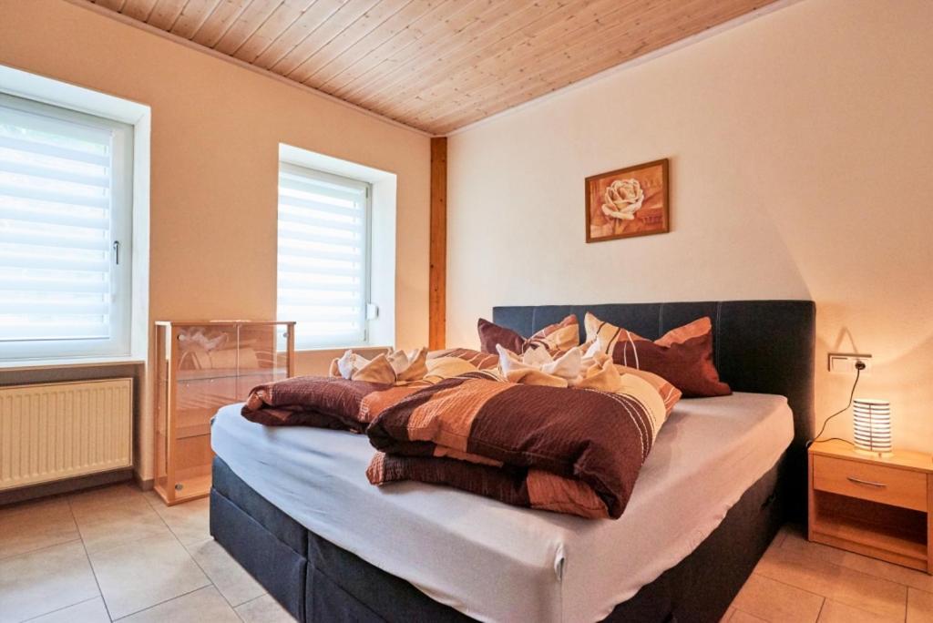 Ein Bett oder Betten in einem Zimmer der Unterkunft Cafe Rosi Ferienwohnung