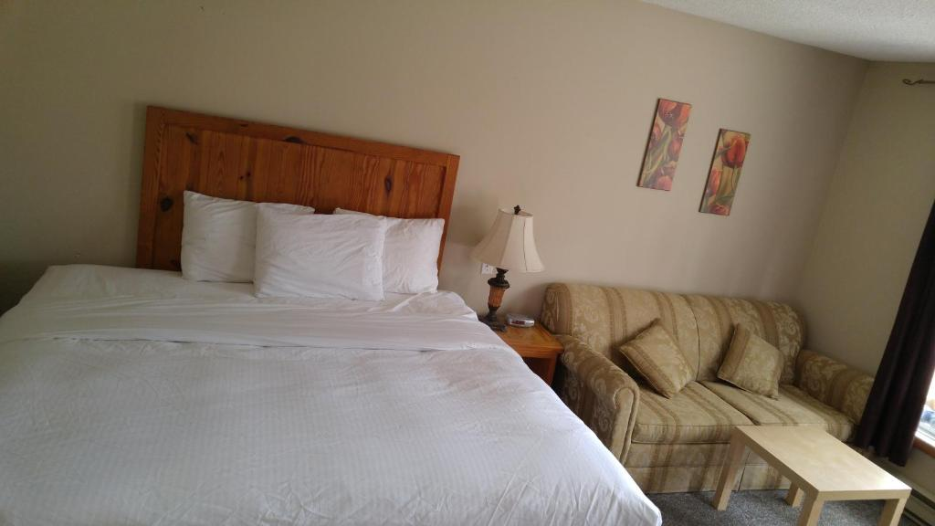 A bed or beds in a room at Tulip Inn