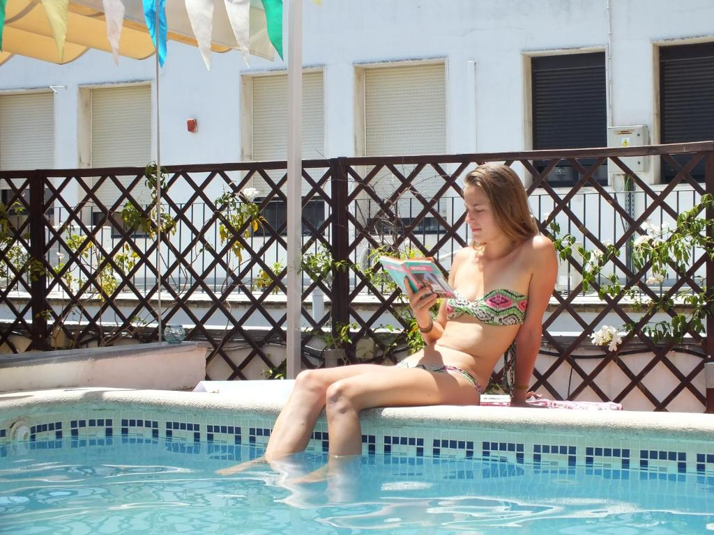 Piscina en o cerca de Oasis Backpackers' Hostel Sevilla