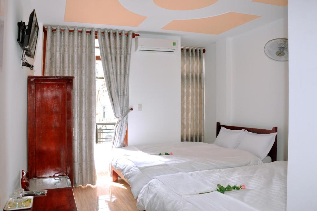 A bed or beds in a room at Ngoc Tung Mini Hotel